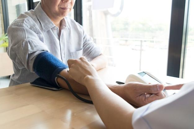 O médico mediu a pressão do paciente com um manômetro.