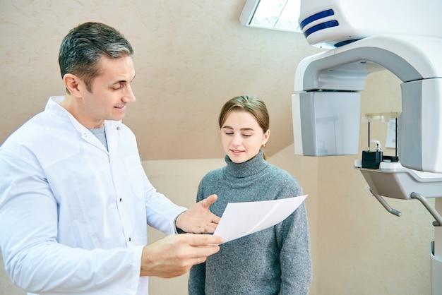 O médico mostra ao paciente uma imagem de raio-x