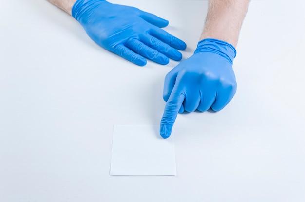 O médico mostra uma folha de papel branca