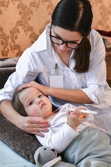 O médico mudou-se para casa para medir a temperatura da criança.