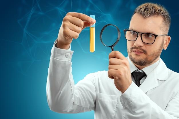 O médico olha para um tubo de ensaio com líquido através de uma lupa
