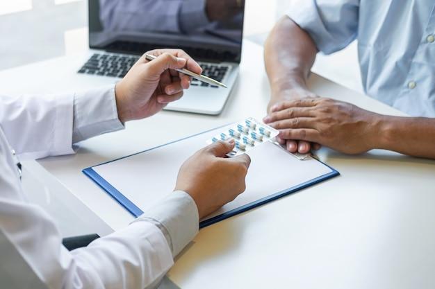 O médico se apresenta com o paciente e verifica os resultados no relatório e prescrição sobre o problema da doença e recomenda o uso de medicamentos, cuidados de saúde e conceito médico.