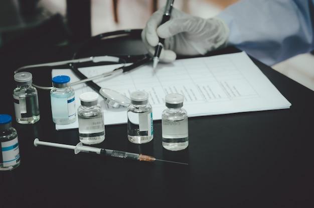 O médico testou e pesquisou a vacina covid-19 e documentou o experimento.