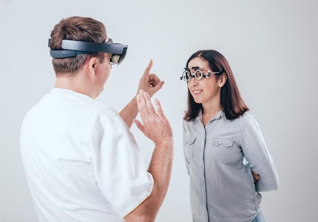 O médico usa óculos de realidade aumentada em oftalmologia.