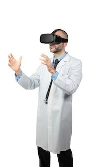 O médico usa óculos de realidade virtual para simular uma operação.