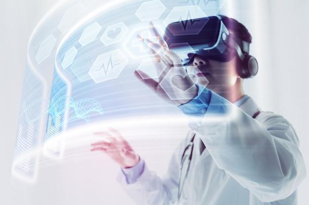O médico usando fone de ouvido de realidade virtual para pesquisar