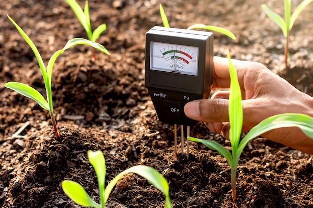 O medidor de solo é usado no barro para plantio, mede a acidez do solo.
