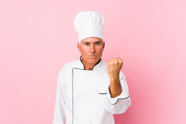 O meio envelheceu o homem isolado, expressão facial agressiva do cozinheiro.