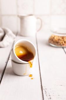 O mel é derramado de um copo pequeno