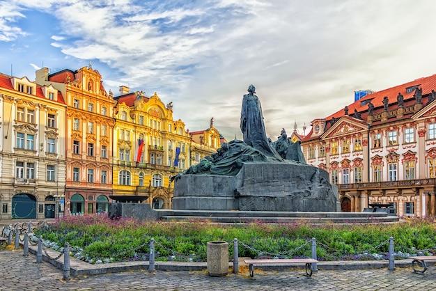 O memorial de jan hus na praça da cidade velha de praga, república tcheca.