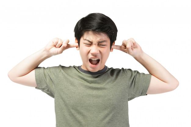 O menino asiático novo sobre o fundo branco, seja virado; tem um mau humor emocional.