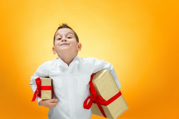 O menino com caixa de presente