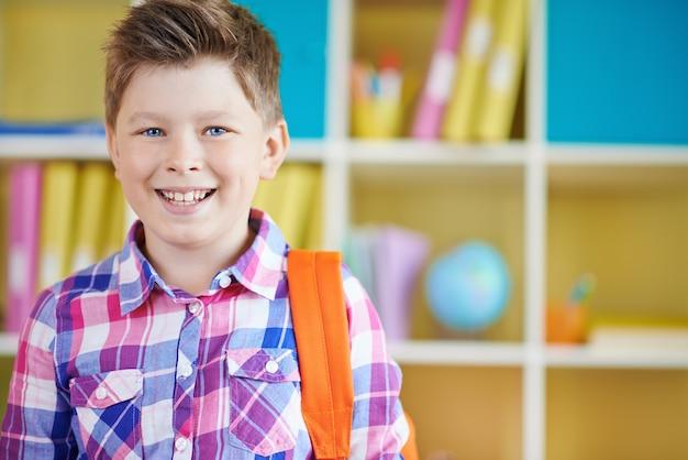 O menino de sorriso na escola