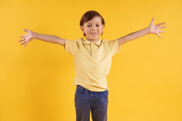 O menino feliz está tomando nos braços. abraços