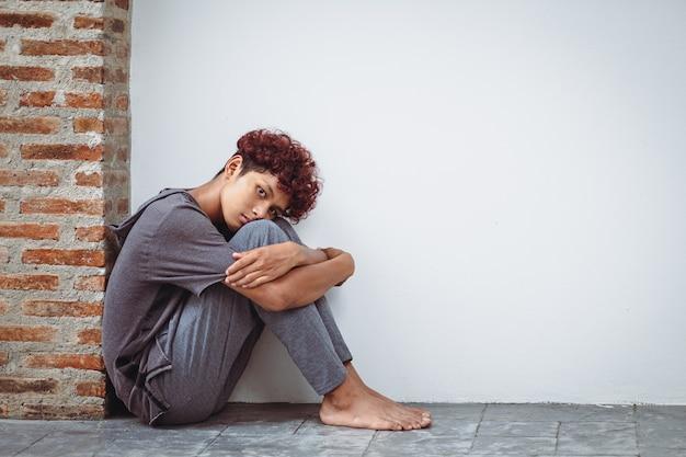 O menino fica em casa entediado com o fechamento de escolas devido a uma pandemia macabra. triste e sozinho em casa