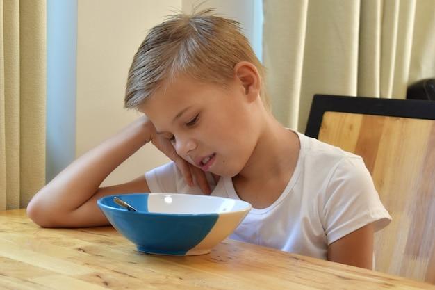 O menino não quer tomar café da manhã