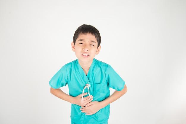 O menino pequeno de asianteenager tem a dor de estômago