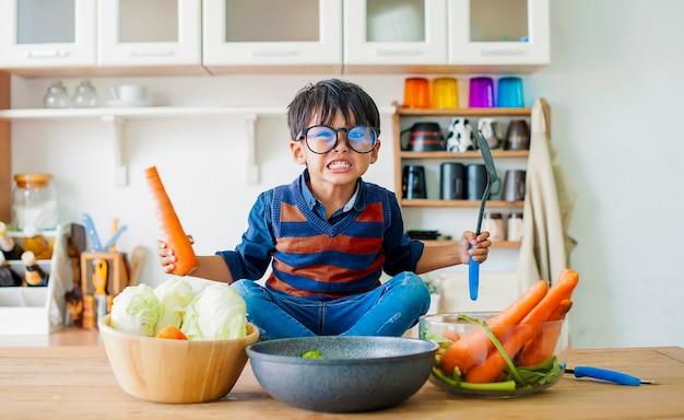 O menino que mostra uma emoção raivosa, o conceito de emoção de uma criança violenta