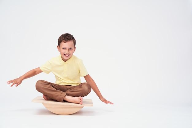 O menino senta-se em um simulador especial para treinar o aparelho vestibular