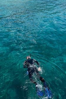 O mergulhador nada no mar