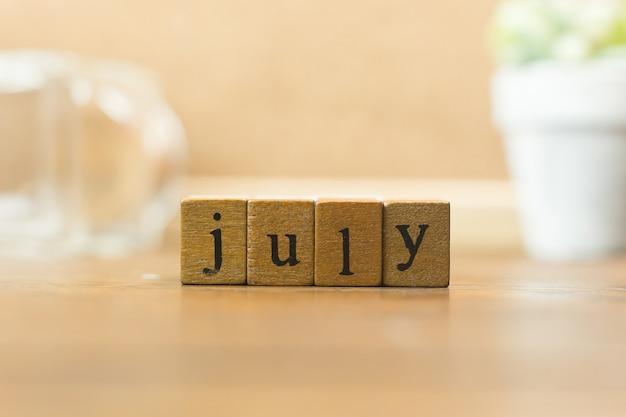 O mês de madeira do selo fecha-se acima da imagem para o fundo.