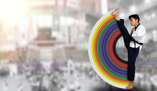 O mestre do esporte de taekwondo pratica poses de karatê de chute alto. o instrutor usa uniforme tradicional, mostra poomsae em todas as classes de faixa de cores e fundo de competição internacional de comprimento total isolado