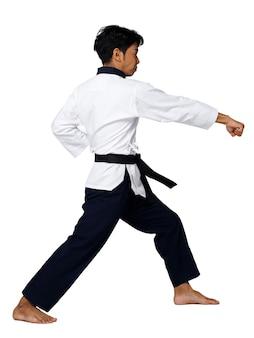 O mestre do esporte de taekwondo pratica poses de karatê. o instrutor usa uniforme tradicional e mostra poomsae punch agir sobre fundo branco isolado de corpo inteiro