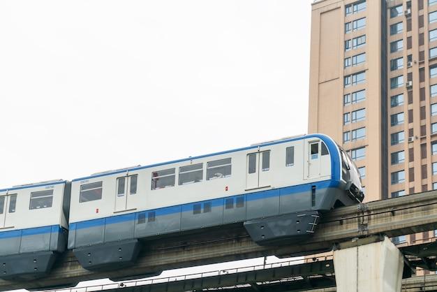 O metrô de superfície passa por pontes em alta velocidade em chongqing, china