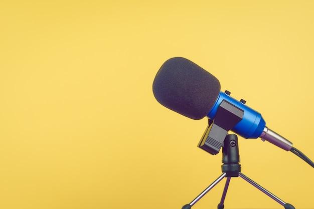 O microfone azul com o fio amarelo