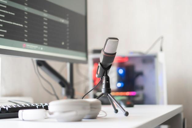 O microfone e o computador no estúdio de rádio, gravando o discurso ao vivo