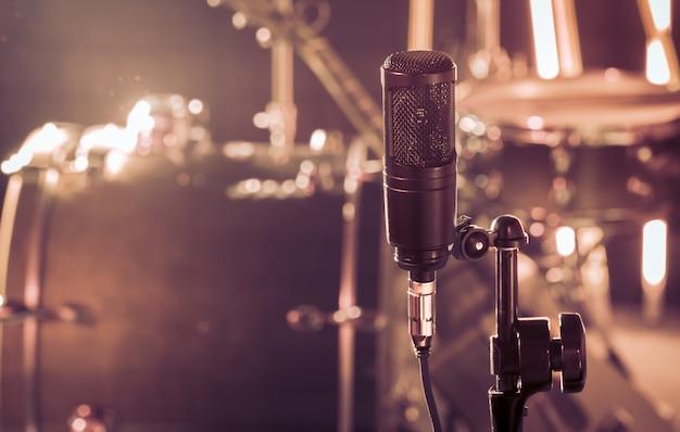 O microfone em um estúdio de gravação ou em uma sala de concertos
