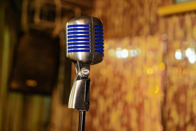 O microfone retro fechado está na sala de concertos