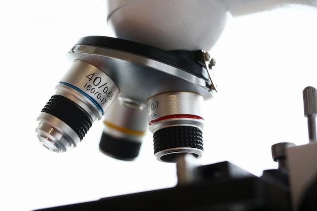 O microscópio de cabeça no fundo de