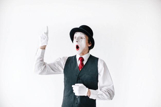 O mime surpreendido levanta seu dedo acima