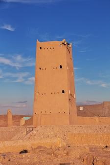 O minarete na cidade de ghardaia, deserto do saara, argélia