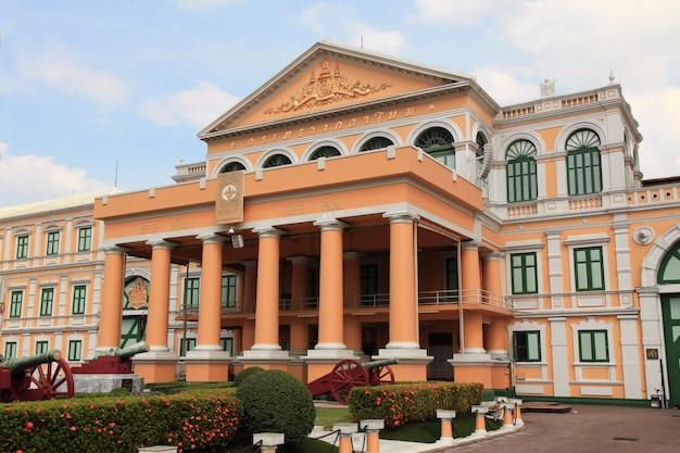 O ministério da defesa na tailândia no lindo dia do céu