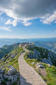O mirante cênico fica no topo de uma alta montanha.
