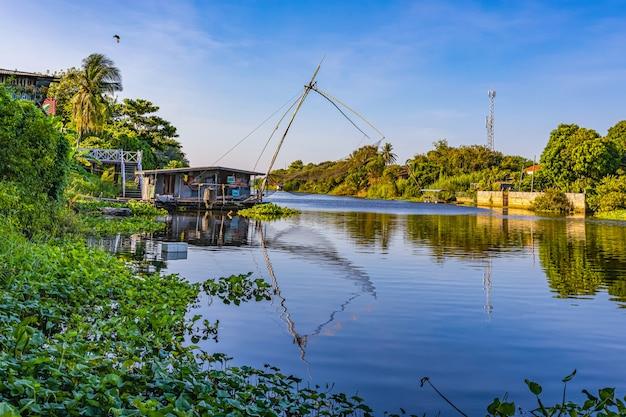 O modo de vida ao lado do rio na zona rural da tailândia