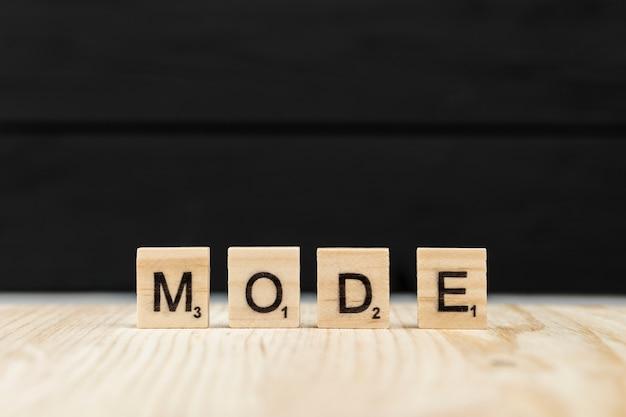 O modo palavra escrito com letras de madeira