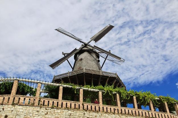 O moinho vintage no parque de potsdam, alemanha
