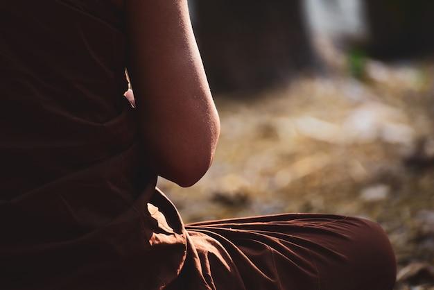 O monge budista vipassana medita para acalmar a mente na tailândia.