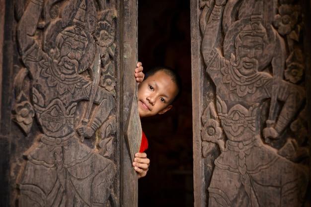 O monge noviço abre a porta para a ideia de abrir a mente para aprender o mundo inteiro.
