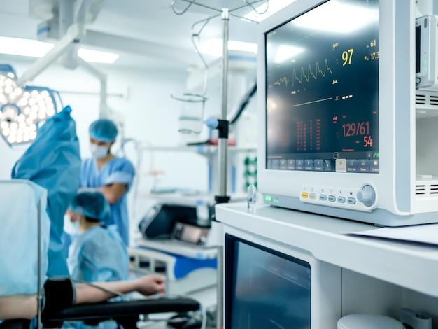 O monitoramento das funções vitais dos pacientes na sala de cirurgia está em foco