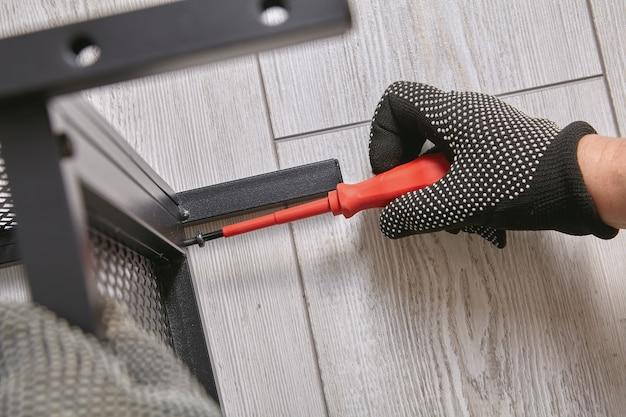 O montador é montado em um móvel plano com a ajuda de uma chave de fenda.