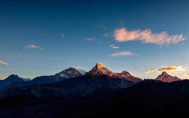O monte annapurna e o fishtail variam de poonhill, nepal.