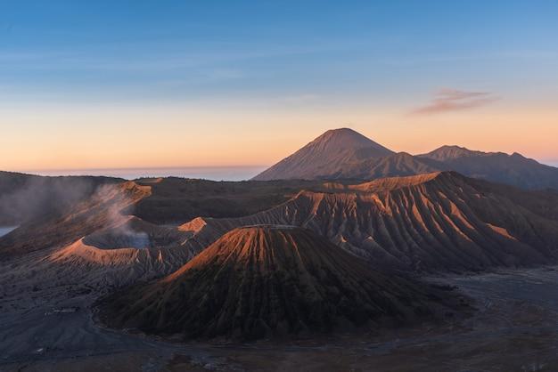 O monte bromo, é um vulcão ativo e parte do maciço de tengger, em java oriental, na indonésia.