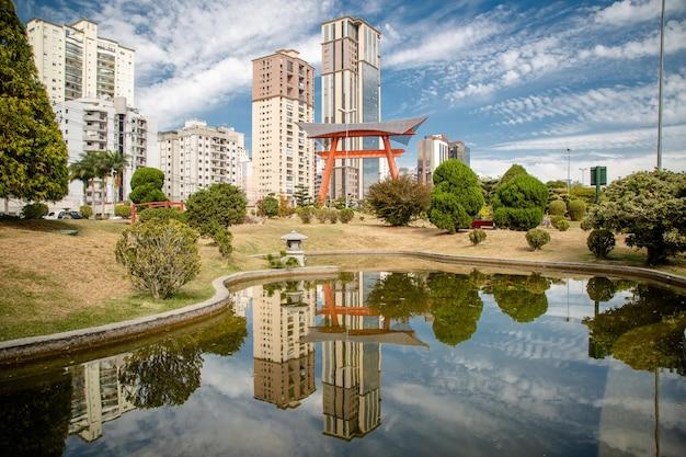 O monumento japonês tem duas colunas que representam as fundações que sustentam o céu