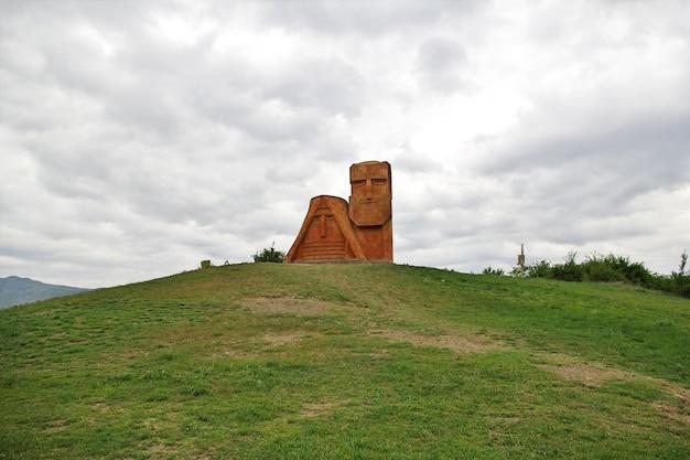 O monumento na cidade de stepanakert em nagorno - karabakh, cáucaso