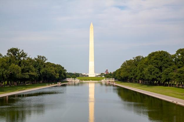 O monumento obelisco de washington é famoso nos eua.