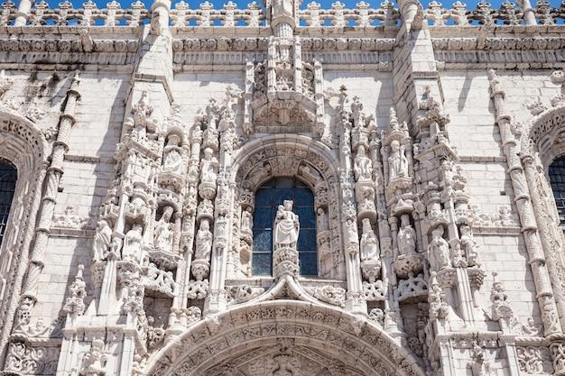 O mosteiro dos jerônimos ou mosteiro dos jerônimos está localizado em lisboa, portugal